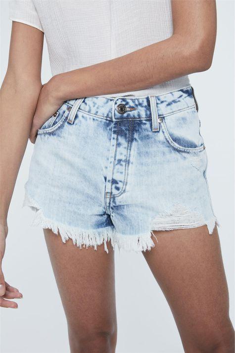 Short-Jeans-Claro-Cintura-Alta-Destroyed-Detalhe--