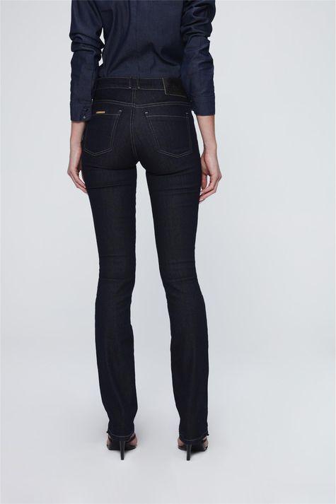 Calca-Jeans-Reta-Basica-Etiqueta-Bolso-Costas--