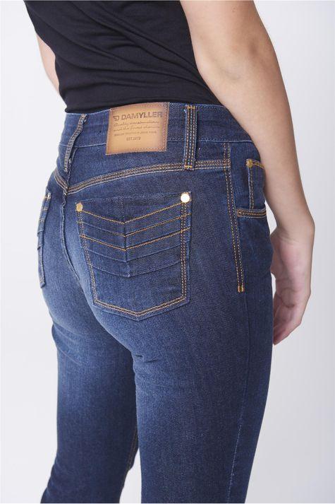 Calca-Jeans-Reta-com-Detalhes-nos-Bolsos-Detalhe-1--