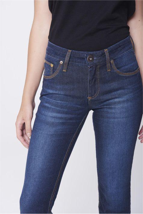 Calca-Jeans-Reta-com-Detalhes-nos-Bolsos-Detalhe--