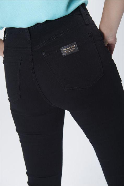 Calca-Boot-Cut-Jeans-Preta-Cintura-Alta-Detalhe--