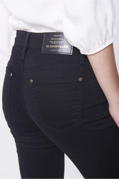 Calca-Boot-Cut-Preta-Jeans-Cintura-Alta-Detalhe--