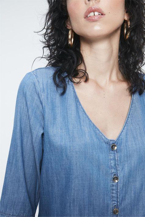Blusa-Jeans-com-Abotoamento-Feminina-Detalhe--