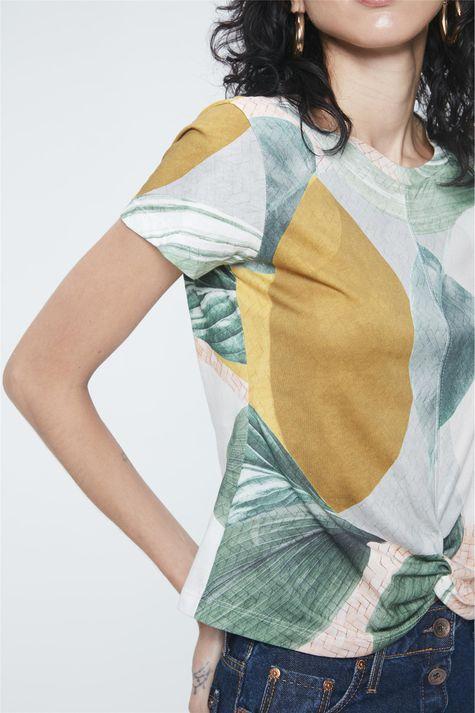 Camiseta-Estampa-Geometrica-e-Folhagens-Detalhe--