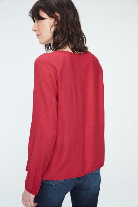Blusa-Lisa-com-Pregas-no-Decote-Detalhe--