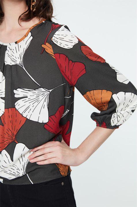 Blusa-com-Estampa-de-Folhas-Coloridas-Detalhe--