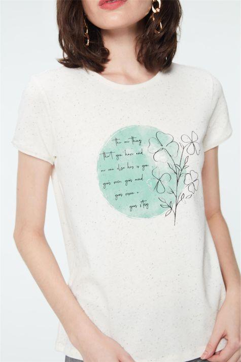 Camiseta-com-Estampa-de-Trevos-Feminina-Detalhe--
