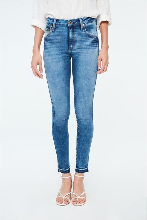 Calca-Jeans-Jegging-com-Barra-Desfeita-Detalhe--