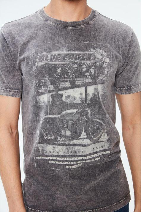 Camiseta-Estonada-com-Estampa-Blue-Eagle-Detalhe--