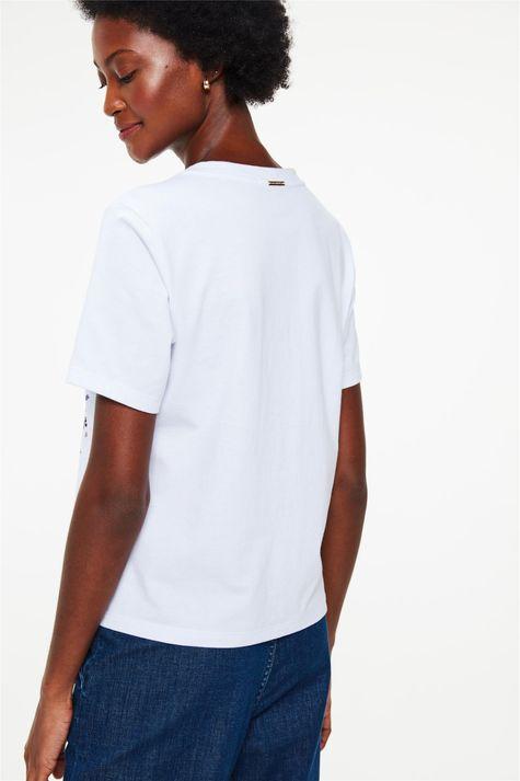 Camiseta-com-Estampa-de-Mulher-e-Flores-Costas--