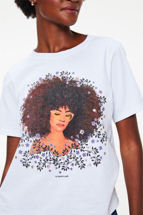 Camiseta-com-Estampa-de-Mulher-e-Flores-Detalhe--