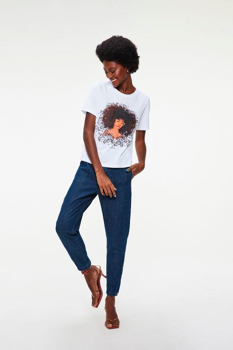 Camiseta-com-Estampa-de-Mulher-e-Flores-Detalhe-1--