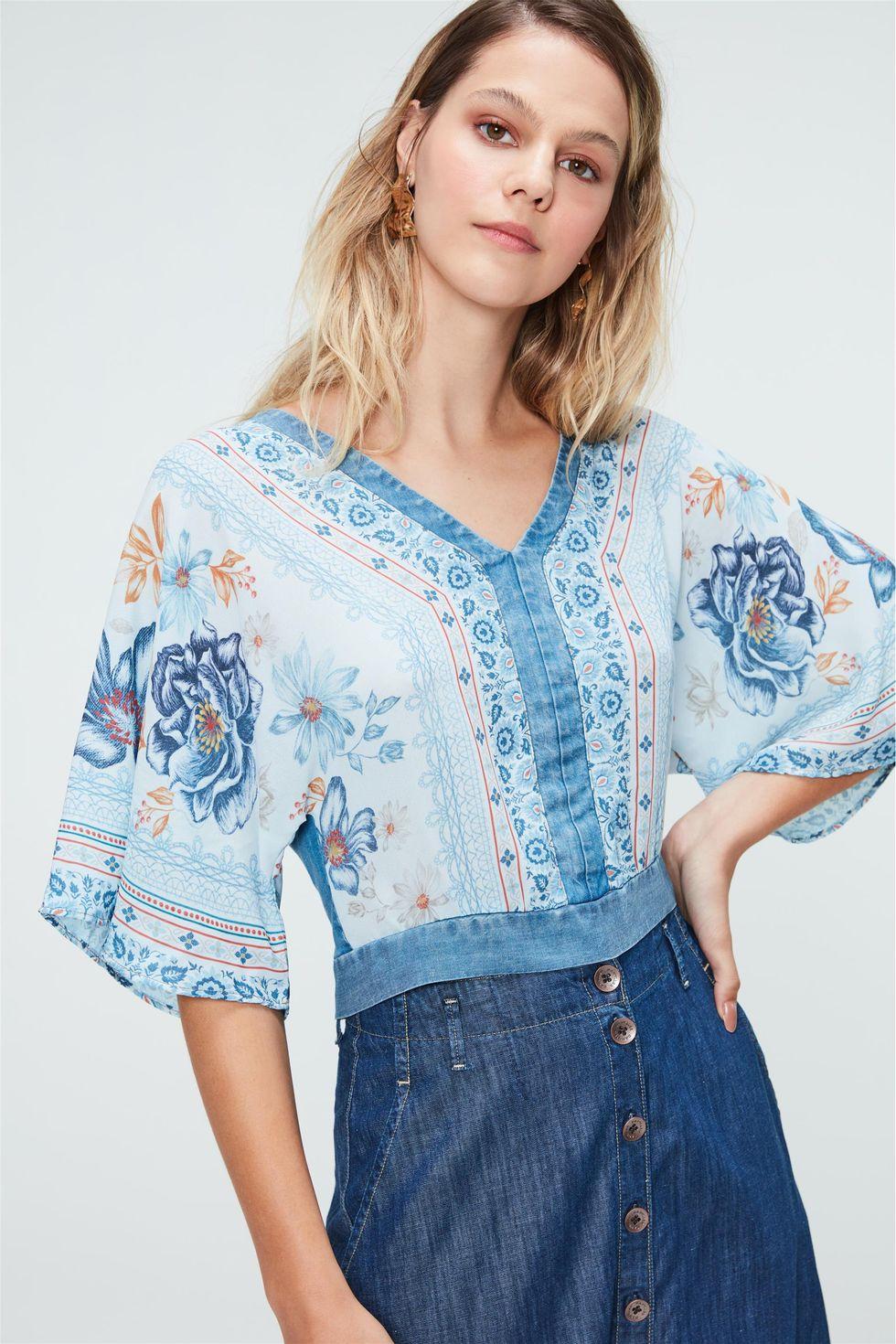 Blusa-Solta-Jeans-Estampa-de-Flores-Azul-Frente--