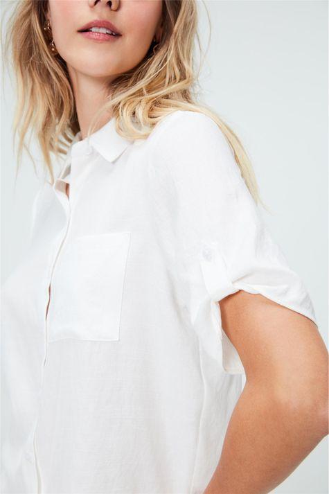 Camisa-Lisa-de-Mangas-Curtas-Feminina-Detalhe--