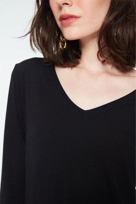 Camiseta-Manga-Longa-Decote-V-Feminina-Detalhe--