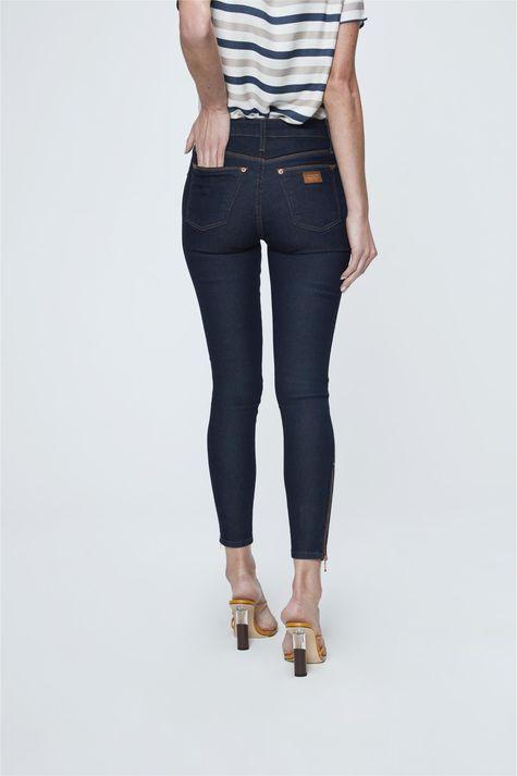 Calca-Jeans-Cropped-com-Ziper-na-Barra-Costas--