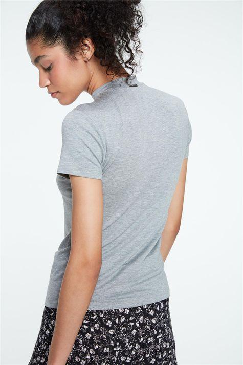 Camiseta-de-Gola-com-Estampa-Feminina-Costas--