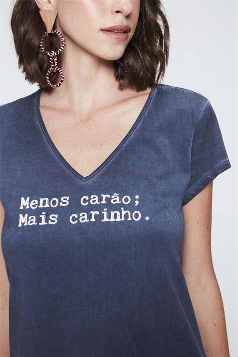 Camiseta-com-Estampa-Menos-Carao-Detalhe--