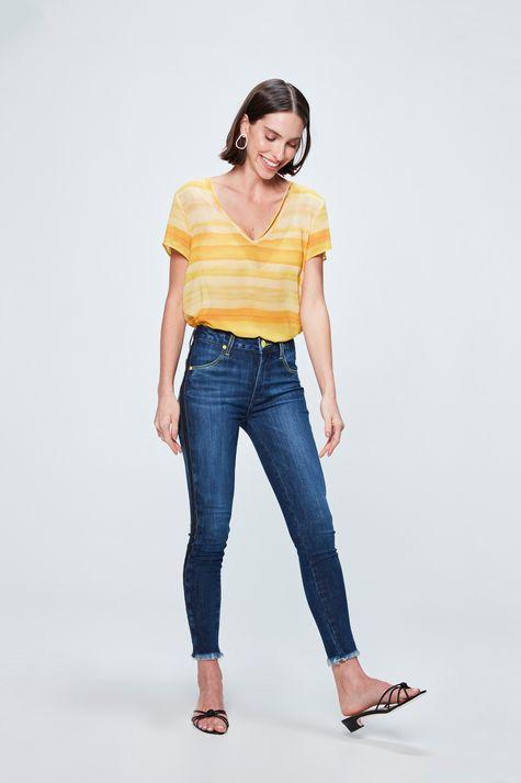 Blusa-com-Estampa-de-Listras-Amarela-Detalhe-1--