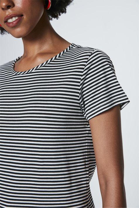 Camiseta-com-Estampa-Listrada-Feminina-Detalhe--