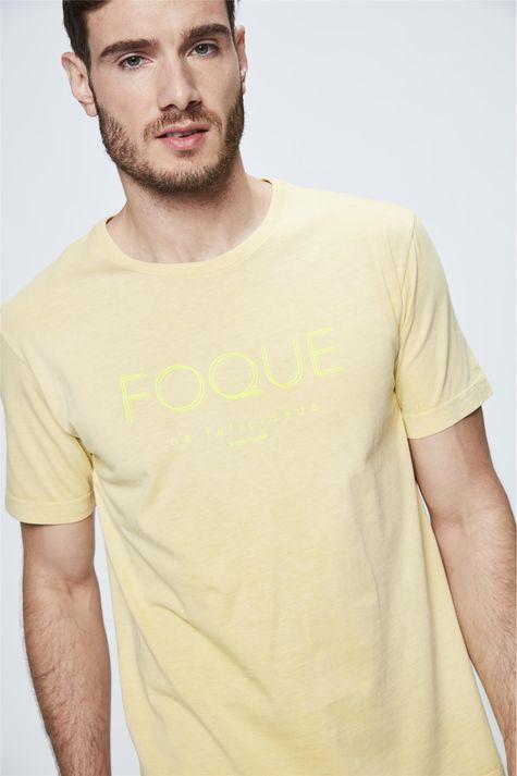 Camiseta-com-Estampa-Foque-na-Felicidade-Frente--