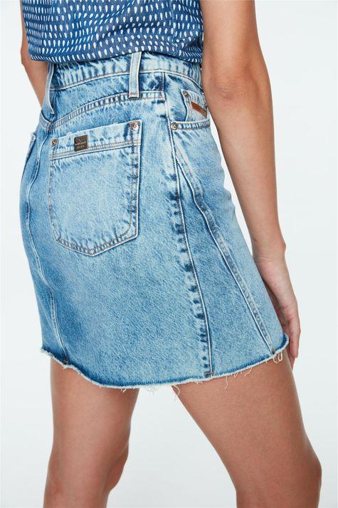 Saia-Jeans-Mini-com-Recortes-e-Botoes-Detalhe-2--