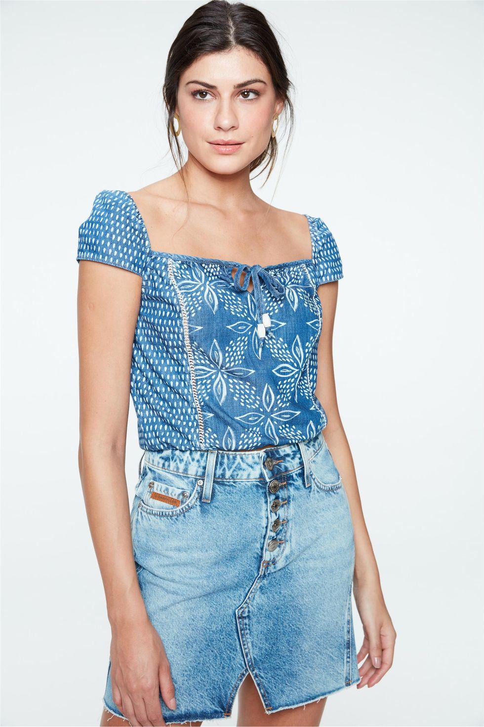 Blusa-Jeans-Cropped-com-Estampa-Floral-Frente--