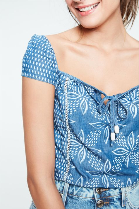 Blusa-Jeans-Cropped-com-Estampa-Floral-Detalhe--