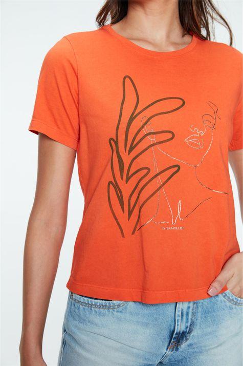 Camiseta-Tingida-com-Estampa-Feminina-Detalhe--