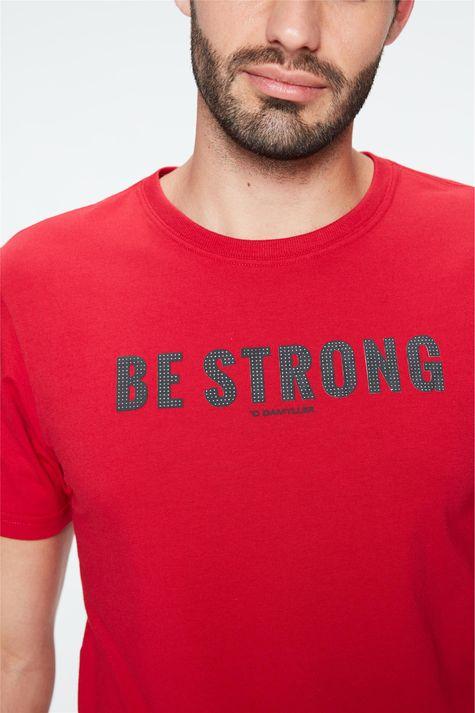 Camiseta-com-Estampa-Be-Strong-Masculina-Detalhe--