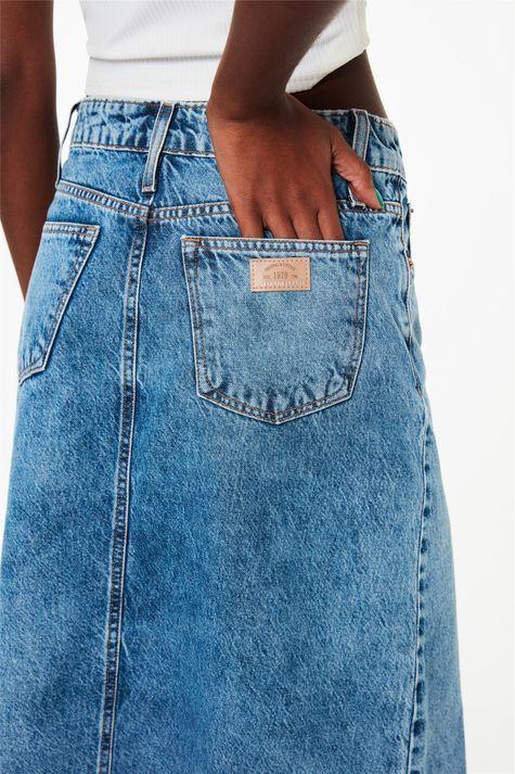 Saia-Midi-Jeans-com-Barra-Desfiada-Detalhe-1--