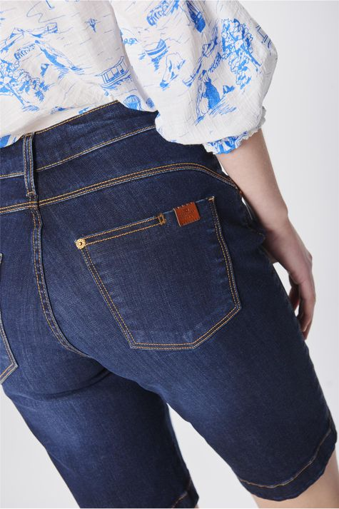 Bermuda-Jeans-Justa-Feminina-Detalhe--