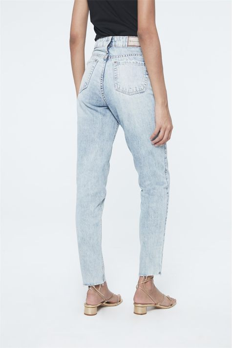 Calca-Jeans-Azul-Claro-Mom-Feminina-Detalhe--