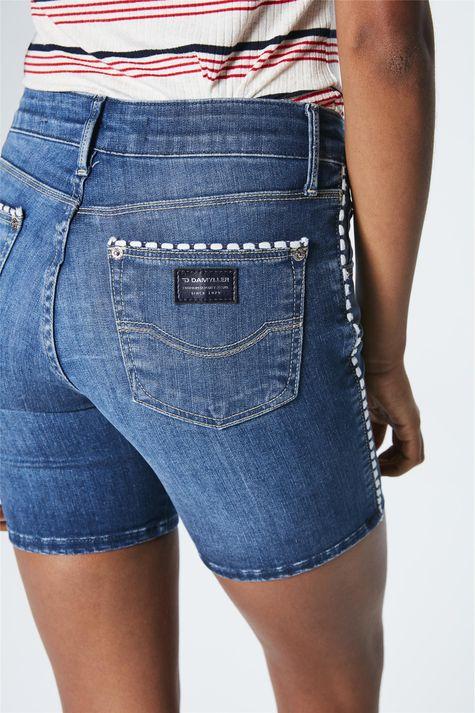 Bermuda-Jeans-Escuro-Justa-Feminina-Detalhe-1--
