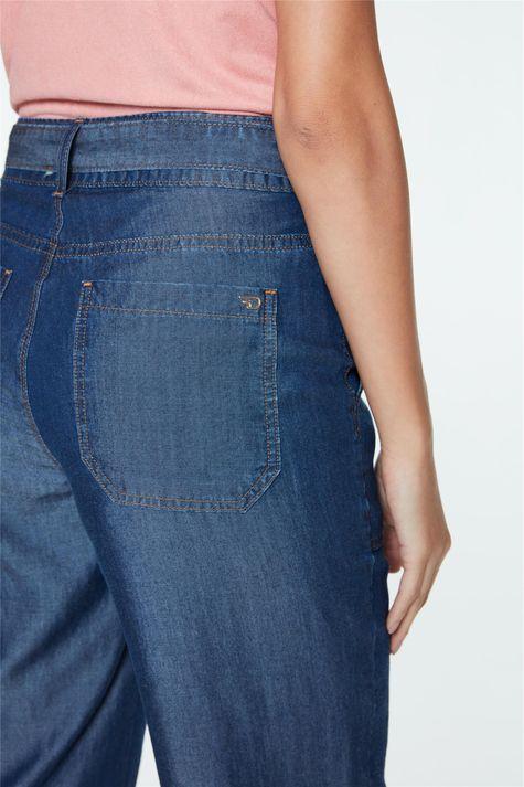 Calca-Jeans-Capri-de-Cintura-Alta-Detalhe-2--