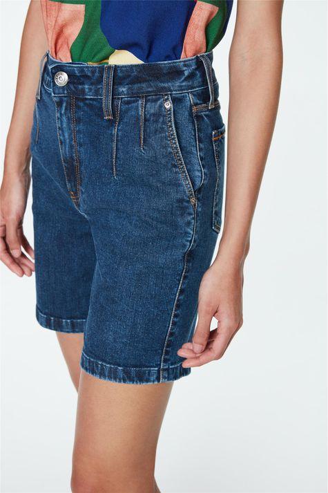Bermuda-Jeans-Cintura-Alta-com-Pregas-Detalhe--