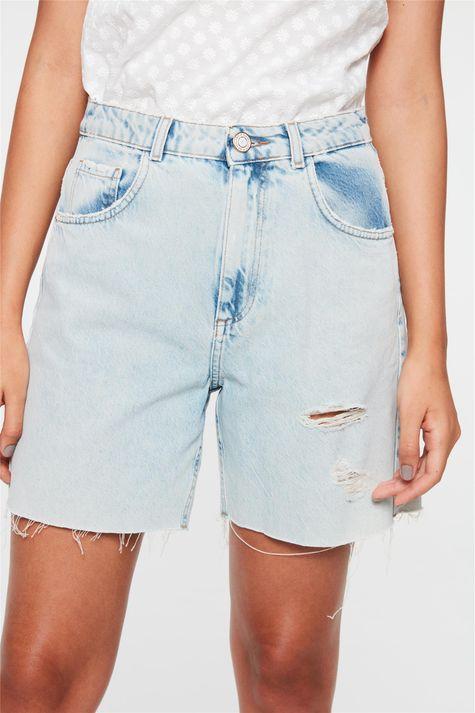 Bermuda-Jeans-com-Rasgos-Cintura-Alta-Detalhe--
