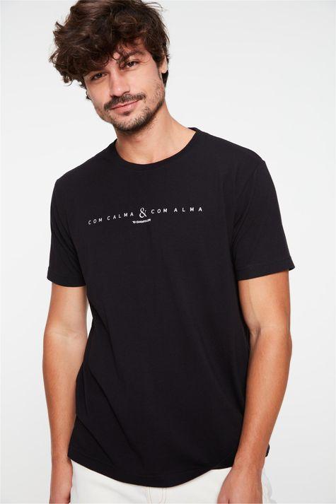 Camiseta-Estampa-Com-Calma-e-Com-Alma-Detalhe--