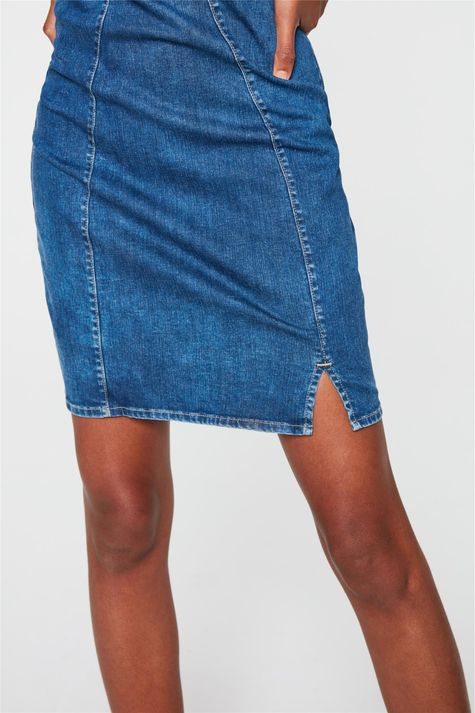 Vestido-Jeans-Medio-com-Recortes-Justo-Detalhe--