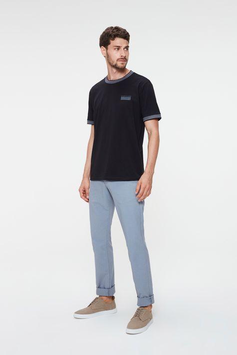 Camiseta-College-com-Estampa-Minimalista-Detalhe-2--