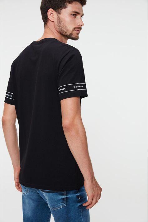 Camiseta-Estampada-nas-Mangas-Masculina-Costas--