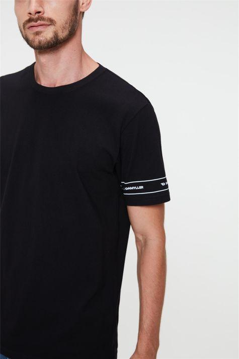 Camiseta-Estampada-nas-Mangas-Masculina-Detalhe--