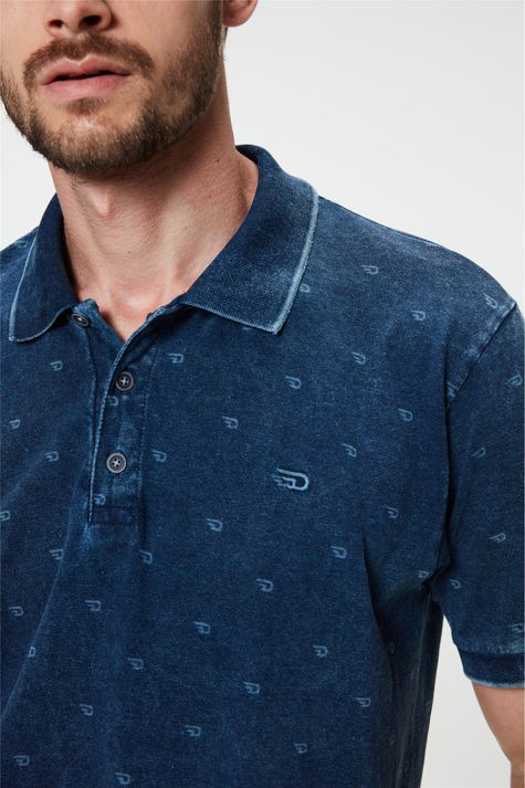 Camisa-Polo-em-Malha-Denim-Estonada-Detalhe--