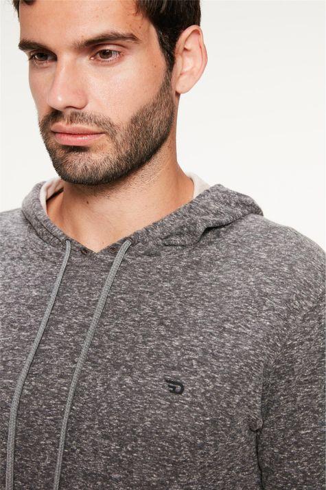 Camiseta-Dupla-Face-com-Capuz-Masculina-Detalhe--