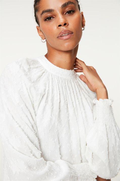 Blusa-Franzida-no-Decote-com-Textura-Detalhe--