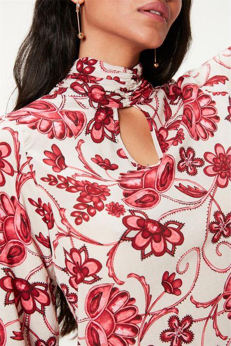 Blusa-com-Gola-Franzida-e-Estampa-Floral-Detalhe--