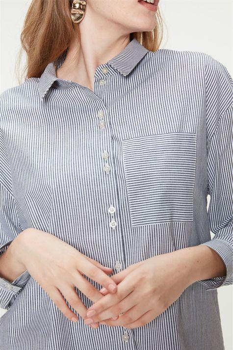 Camisa-com-Estampa-de-Listras-Feminina-Detalhe--