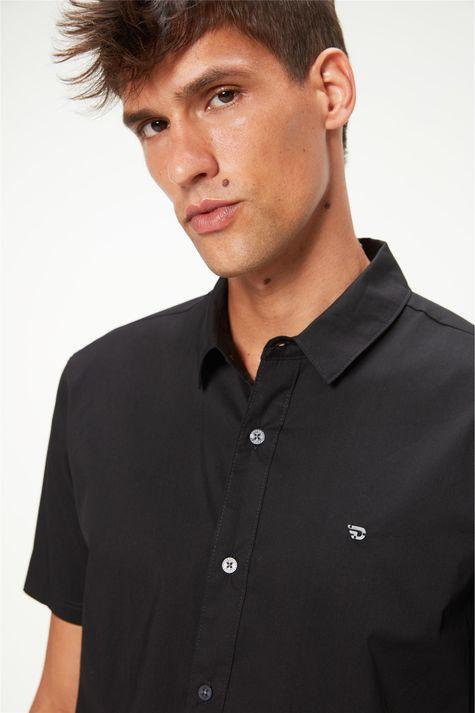 camisa-manga-curta-lisa-masculina-Detalhe--
