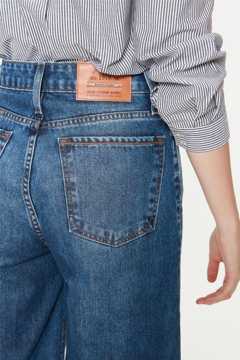 Bermuda-Jeans-Solta-com-Cintura-Alta-Detalhe-1--
