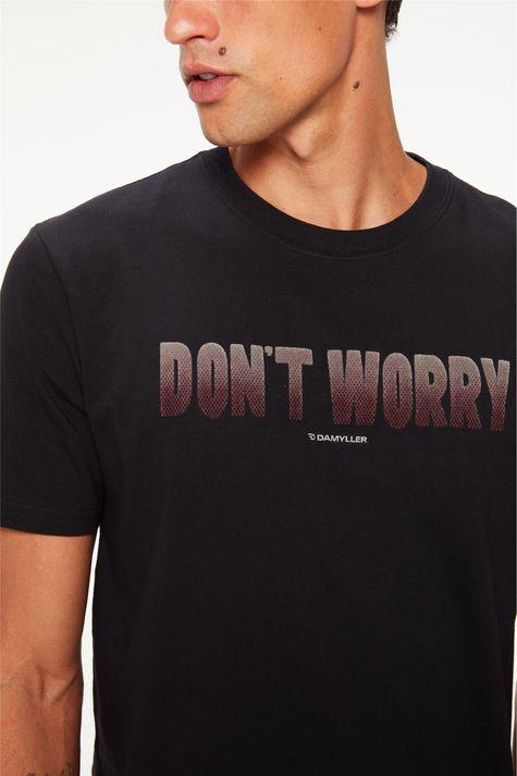 Camiseta-com-Estampa-Dont-Worry-Detalhe--
